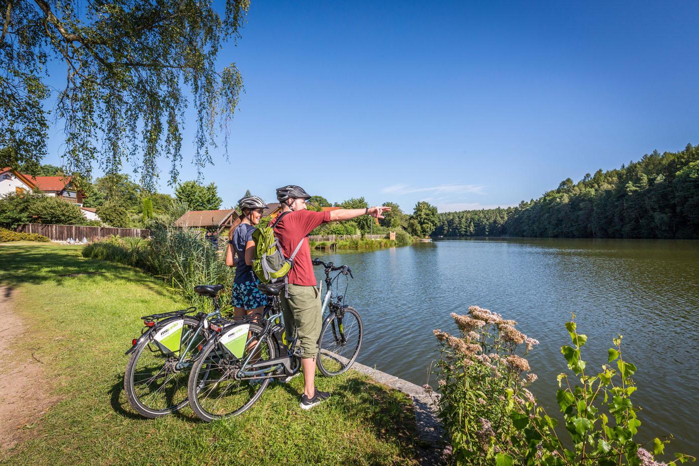 Unterwegs in der Oberpfälzer Radlwelt: Radler am Hammersee in Bodenwöhr