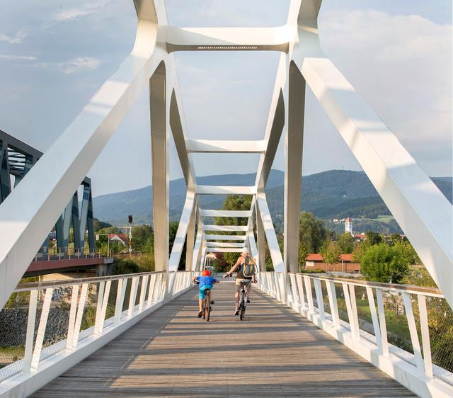 Radbrücke-über-die-Donau-in-Deggendorf_Tourismusverband-Ostbayern_Herbert-Stolz.jpg