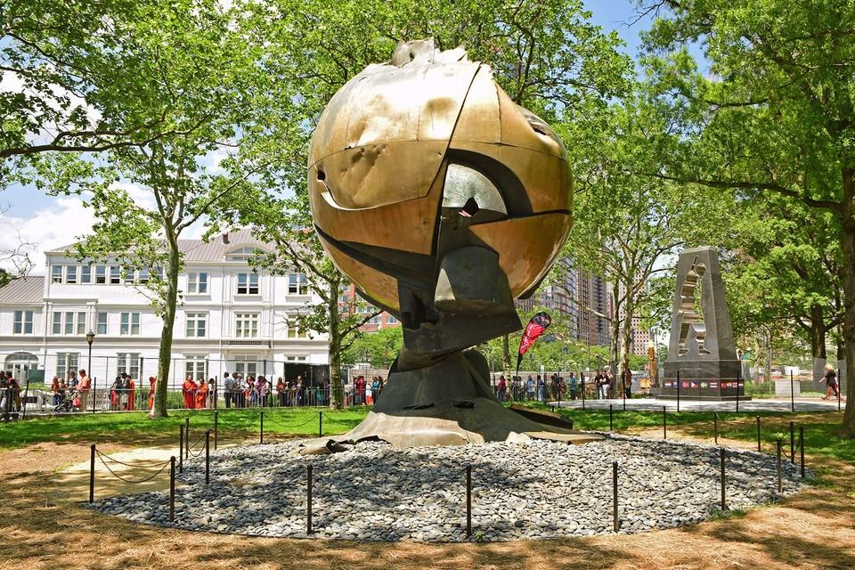 Die Große Kugelkaryatide steht heute im New Yorker Liberty Park, unweit von »ground zero« – als Mahnmal für 9/11.