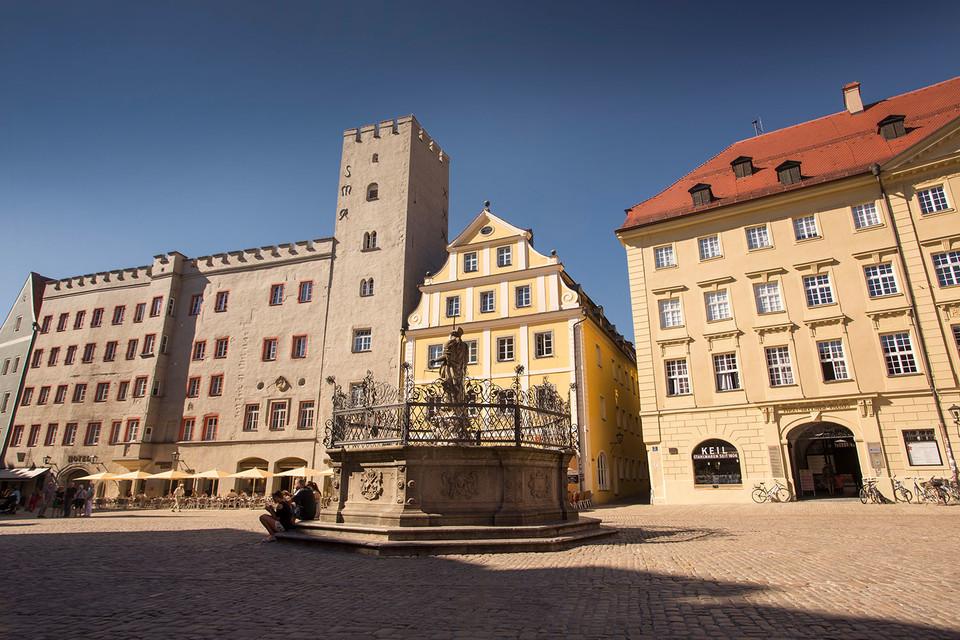 """In der Regensburger Altstadt gilt das """"Goldene Kreuz"""" am Haidplatz als steinerner Zeuge der herrschaftlichen Vergangenheit."""