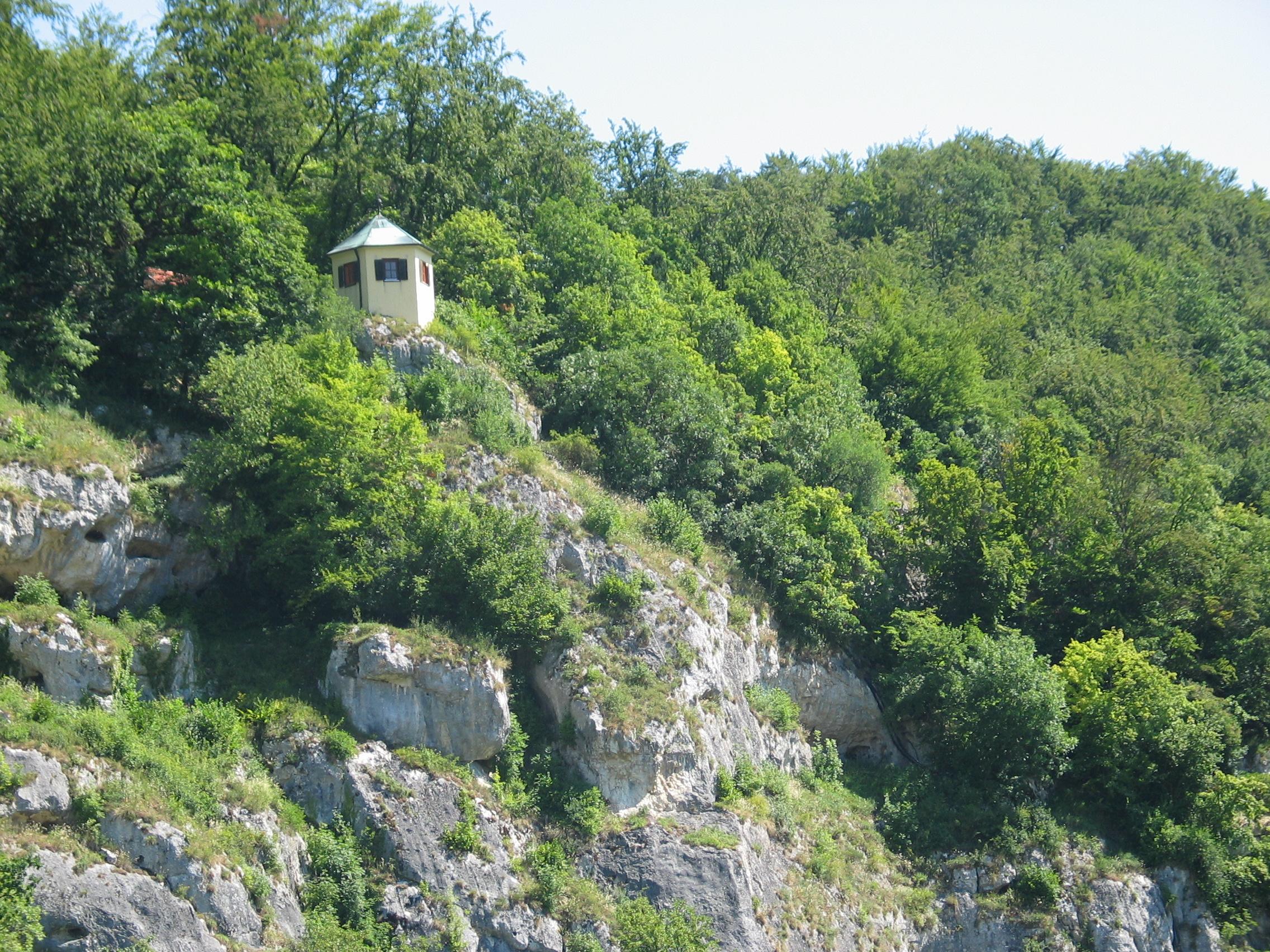 Blick zur Tropfsteinhoehle Schulerloch im Bayerischen Jura
