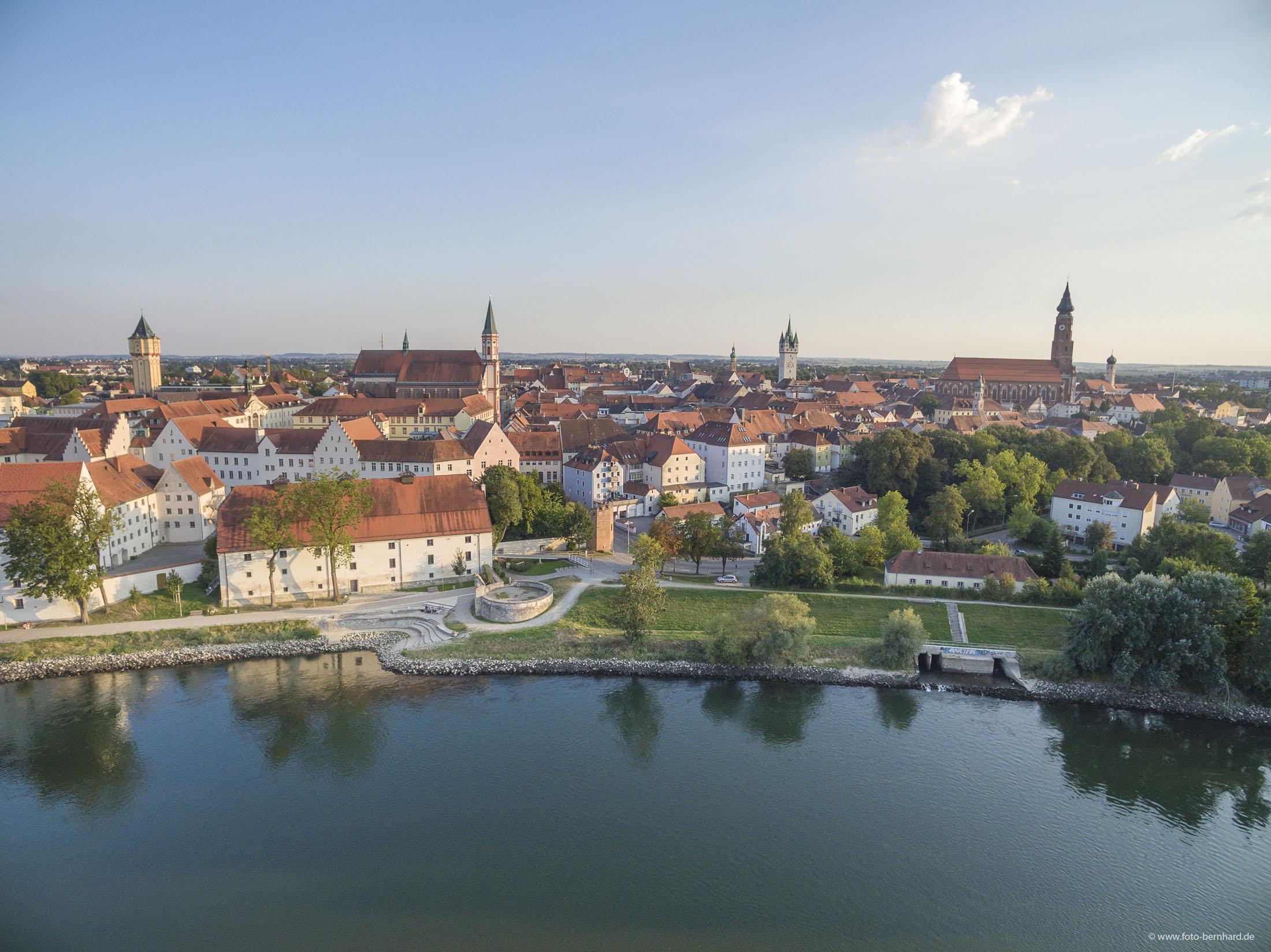 Danube with Herzog Castle - Blick über die Donau auf Straubing mit Herzogschloss