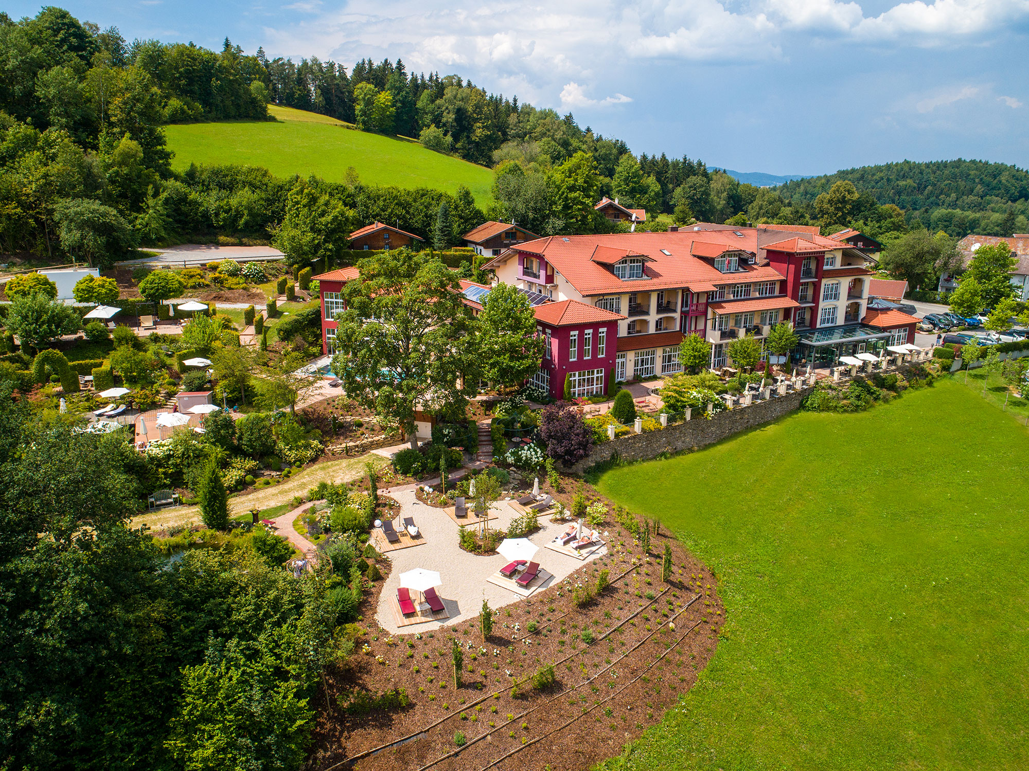 Die Lage des Burghotels Sterr im Kleinod Neunußberg verspricht Ruhe in einzigartiger Naturlandschaft mit Weitblicken auf die Berge des Bayerischen Waldes.