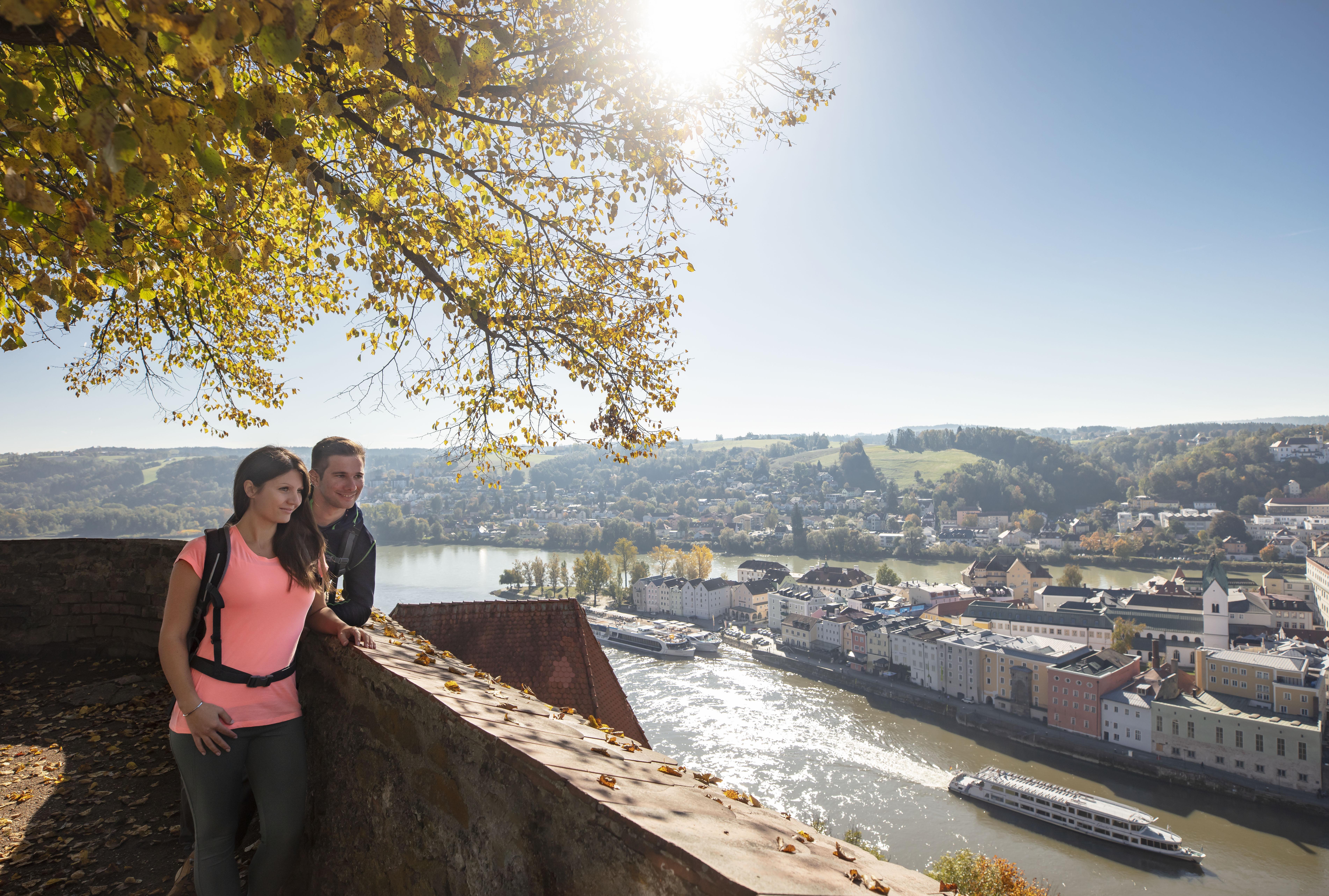Nach Passau könnt Ihr am Goldsteig und am Donau-Panoramaweg wandern.