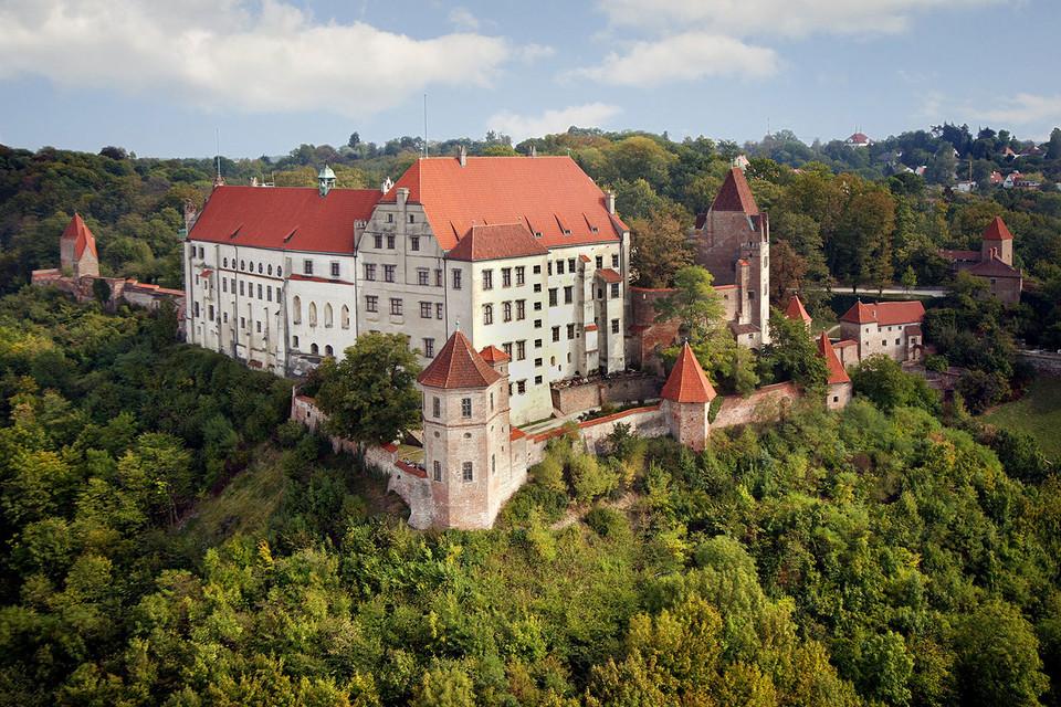 Die Burg Trausnitz thront imposant über der Stadt Landshut.