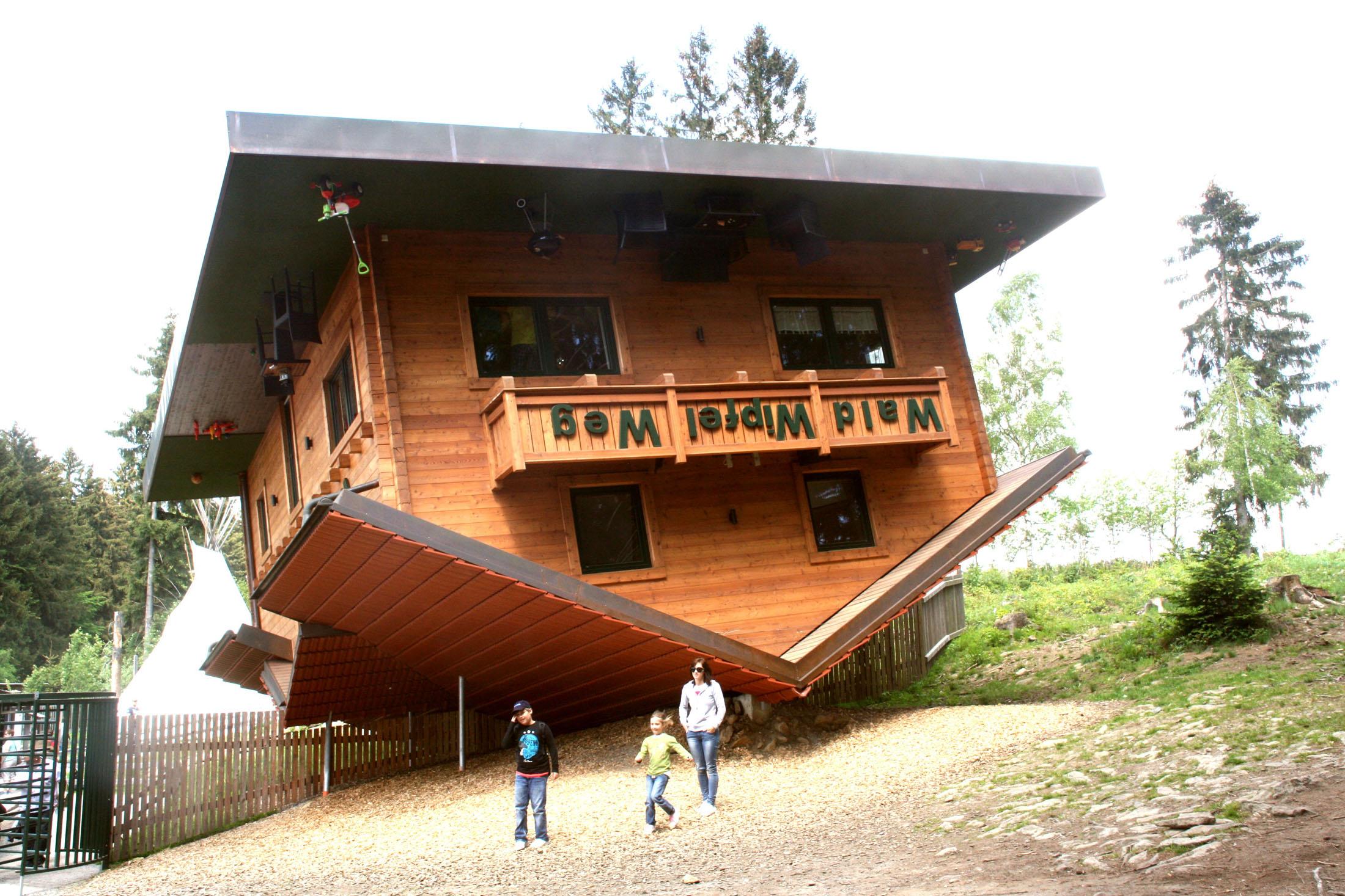 """Visit the """"Upside-Down House"""" - Das Haus am Kopf ist ein unvergessliches Erlebnis!"""