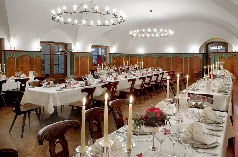 Festlich geschmückter Saal mit traditionell-modernem Ambiente
