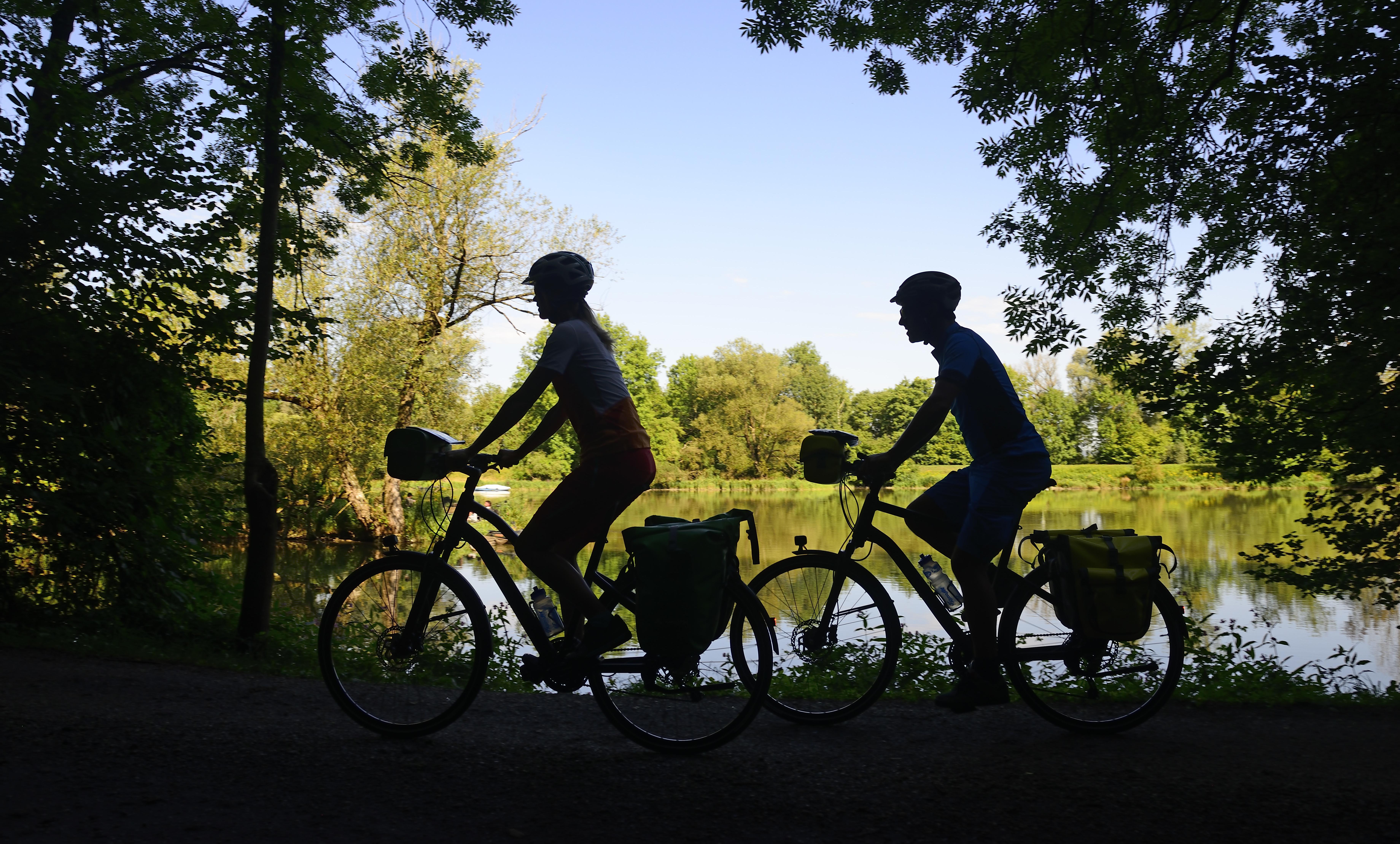 Entspannend und erholsam: Radeln am Fluss