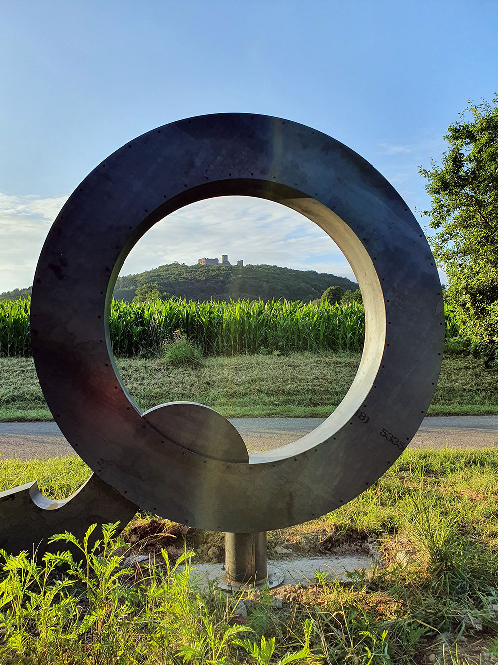 """Stählernes """"Q"""" an der Radroute im Regionalpark QuellenReich"""