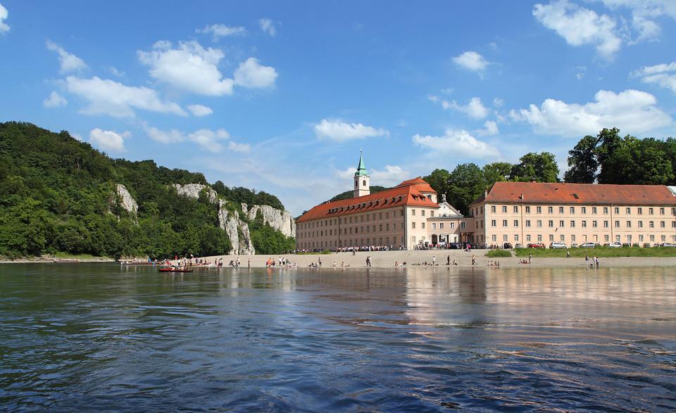 Das Kloster Weltenburg liegt traumhaft schön direkt an der Donau am Donaudurchbruch und der Weltenburger Enge nahe Kelheim
