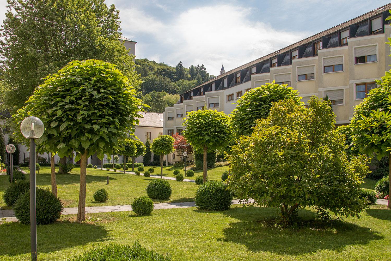 Von vielen Zimmern hat man einen Blick auf den grünen Innenhof des Klosters der Niederbronner Schwestern.