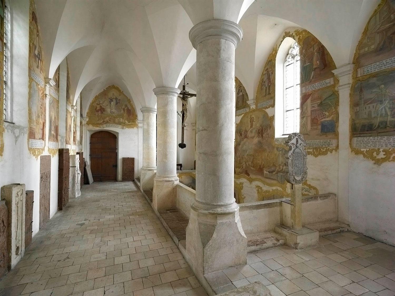 Die Wände der Totentanz-Kapelle sind mit Szenen eines Totentanzes bemalt.