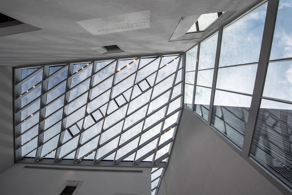 Blick zur Decke im Museumsfoyer