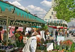 Frische Blumen und regionaler Spargel vom Markt