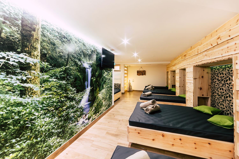 Ein besonders angenehmes Raumklima: Der neu gestaltete Waldspa-Ruheraum mit Liegestätten aus einheimischer Zirbelkiefer und einem fast lebensgroßem Wandmotiv.