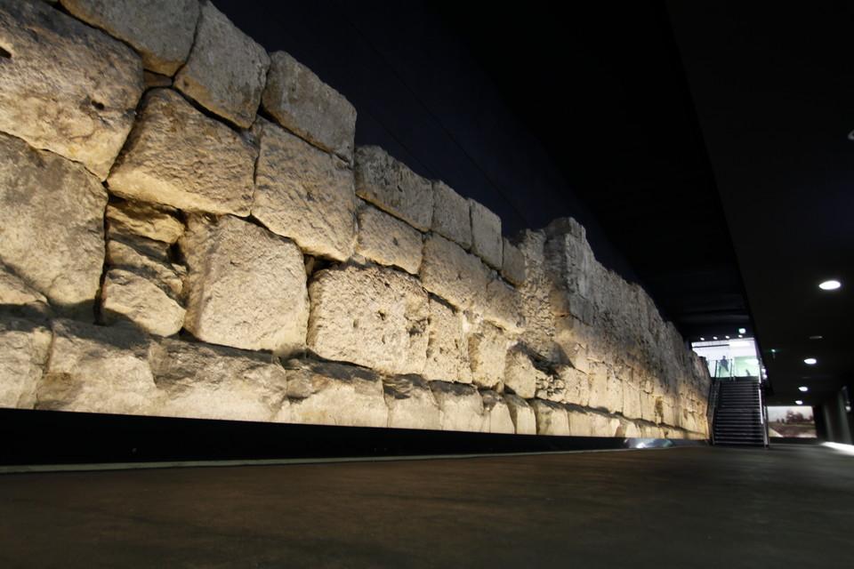 Im Untergeschoss  des Parkhauses am Dachauplatz wurde während des Baus ein langer Abschnitt der römischen Mauer freigelegt und konserviert.