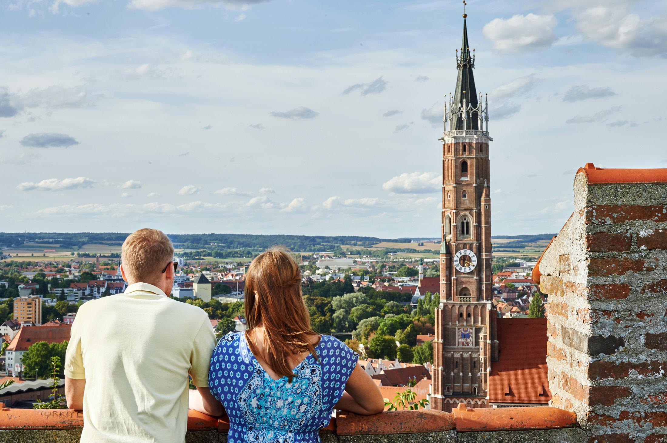 Blick auf die Basilika St. Martin mit dem höchsten Ziegelkirchturm der Welt