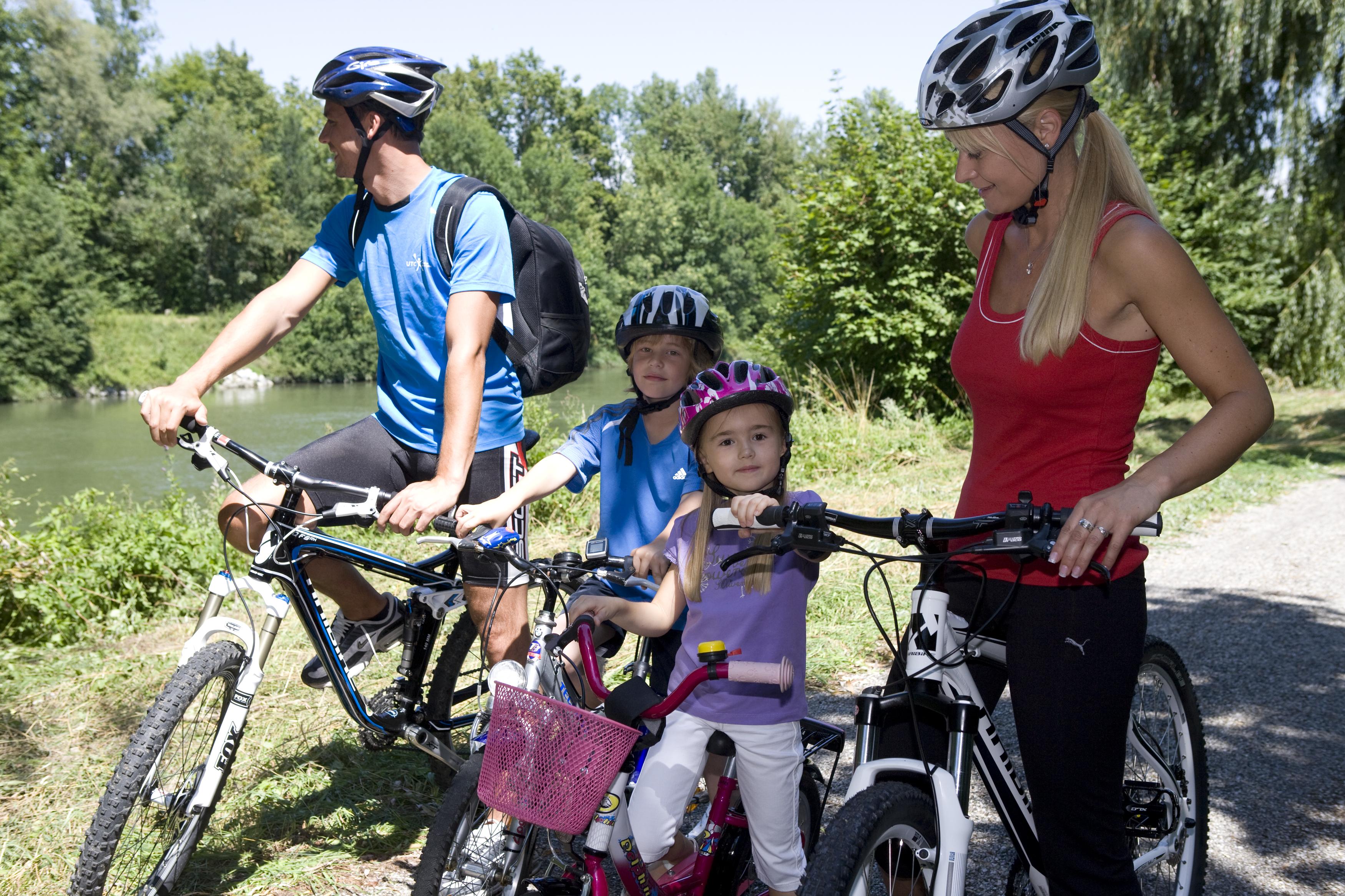 Was für ein Spaß: Mit der ganzen Familie auf einer Radtour an der Isar bei Dingolfing unterwegs