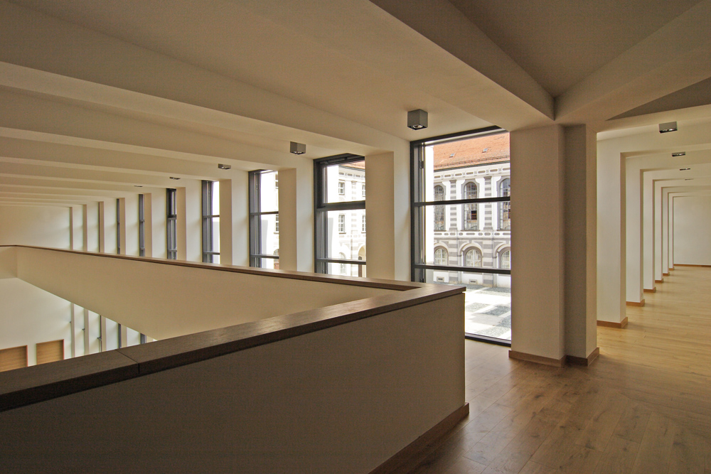 Die Kombination aus hohen Decken und großzügigen Glasflächen sorgen für eine besondere Raumwirkung