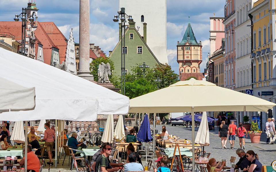 Der Stadtplatz in Straubing mit zahlreichen Cafés, Restaurants und Geschäften.