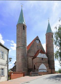 Die Türme der Kirche Heilig Blut erinnern an die frühen Rundtürme von Oberitalien.
