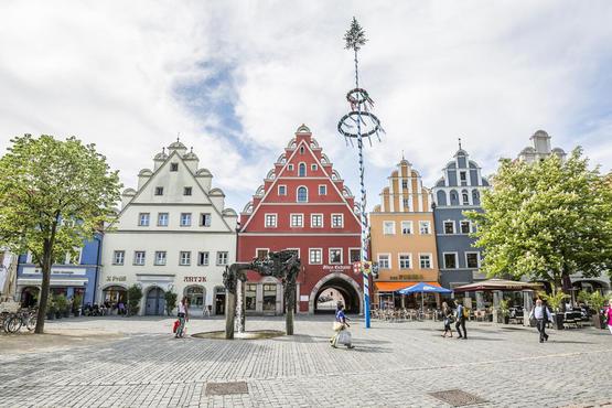 Reizvoll renovierte Altstadthäuser mit Renaissance-Giebeln sind ein Blickfang am Marktplatz.
