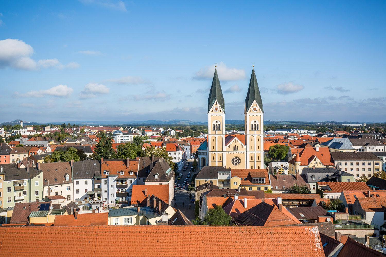Die Kirche St. Josef ragt aus dem Stadtbild Weidens hervor.