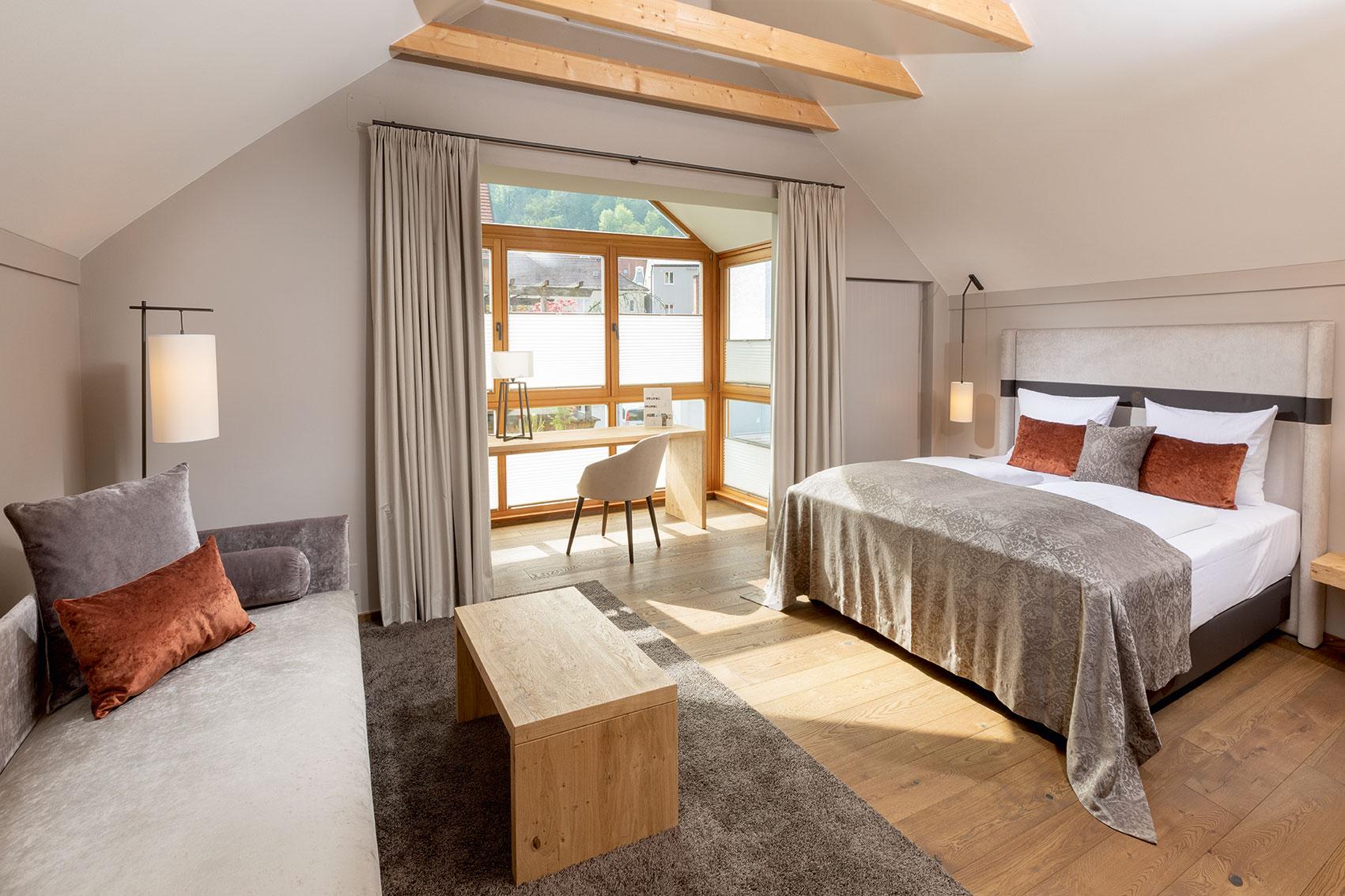 Eine von acht neu renovierten Junior-Suiten mit Ausblick auf die Neustadt und Burg Trausnitz