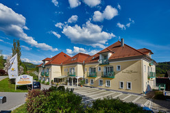 Das familiär geführte 4-Sterne-Hotel liegt in der Gemeinde Neukirchen zwischen St. Englmar und Bogen im Bayerischen Wald.