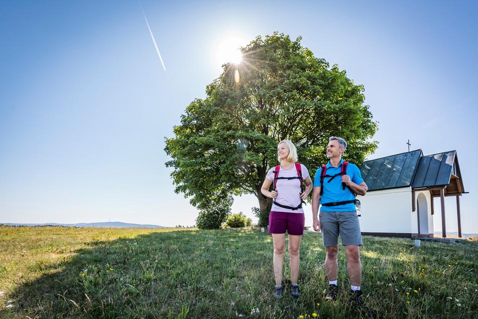 Wanderer an einer Kapelle am Goldtseig bei Weiden