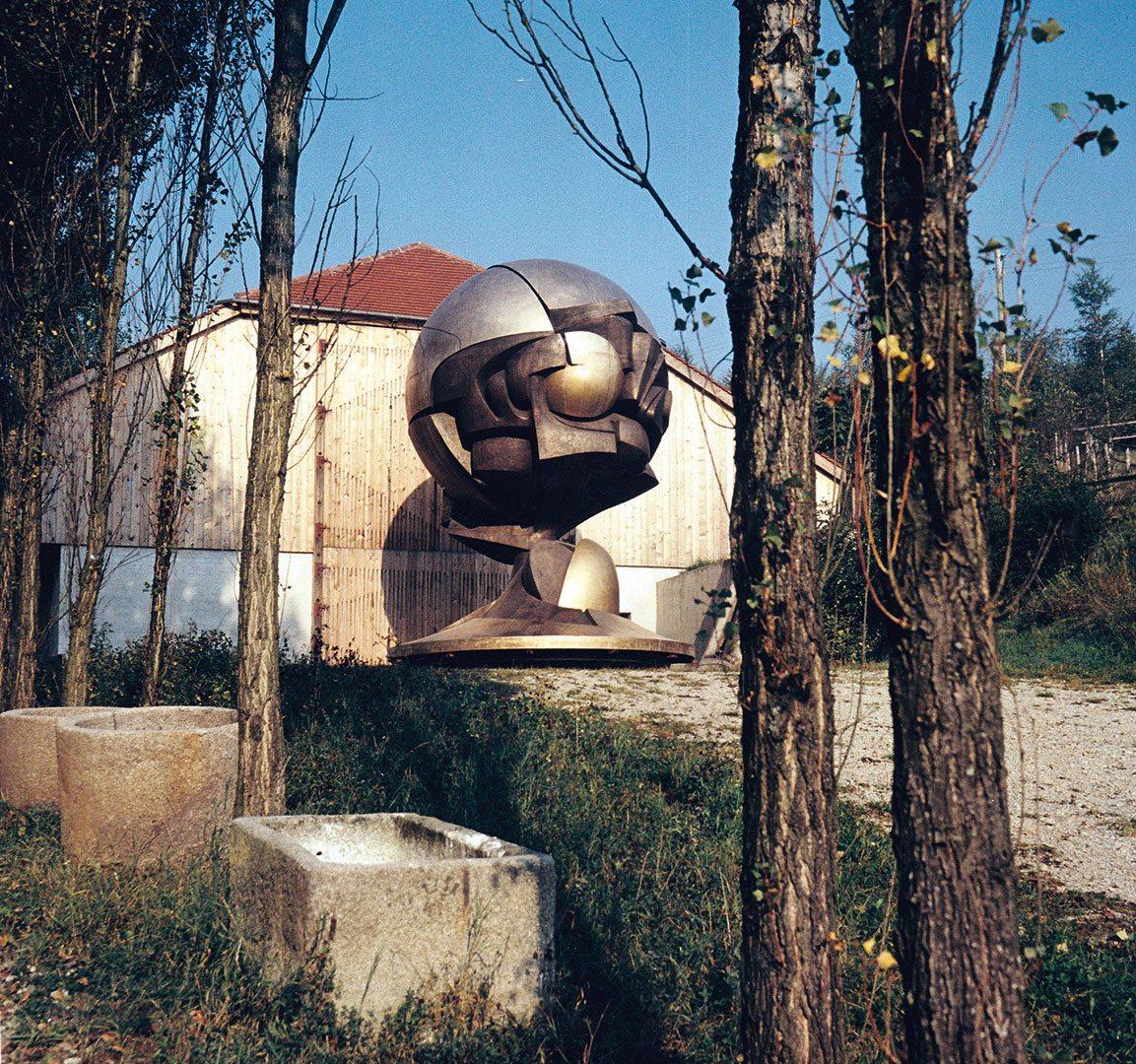 Entstanden ist die Große Kugelkaryatide, die in den USA »The Sphere« genannt wird, in der Kugelhalle.