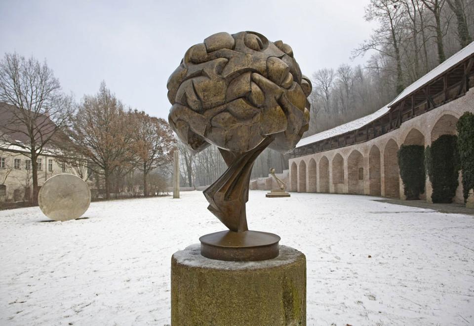 Die Bronzestatue Großes Bouquet III im Prantlgarten in Landshut