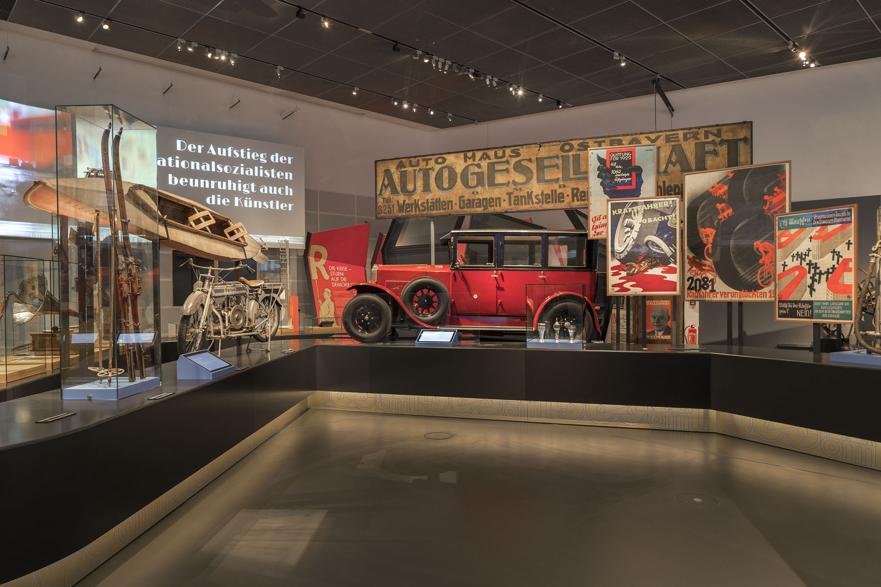 Die Ausstellung begleitet den Besucher in die 20er Jahres des letzten Jahrhunderts, in ein kontroverses  Jahrzehnt des Auf- und Umbruchs