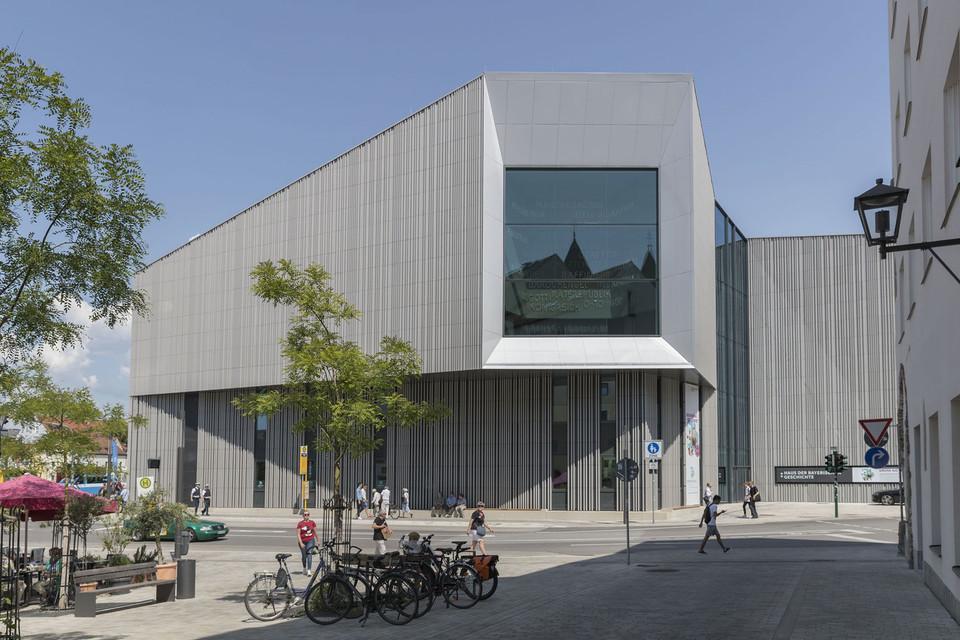 """Im 80 Quadratmeter großen """"Domfenster"""" spiegeln sich die Türme des Regensburger Doms."""