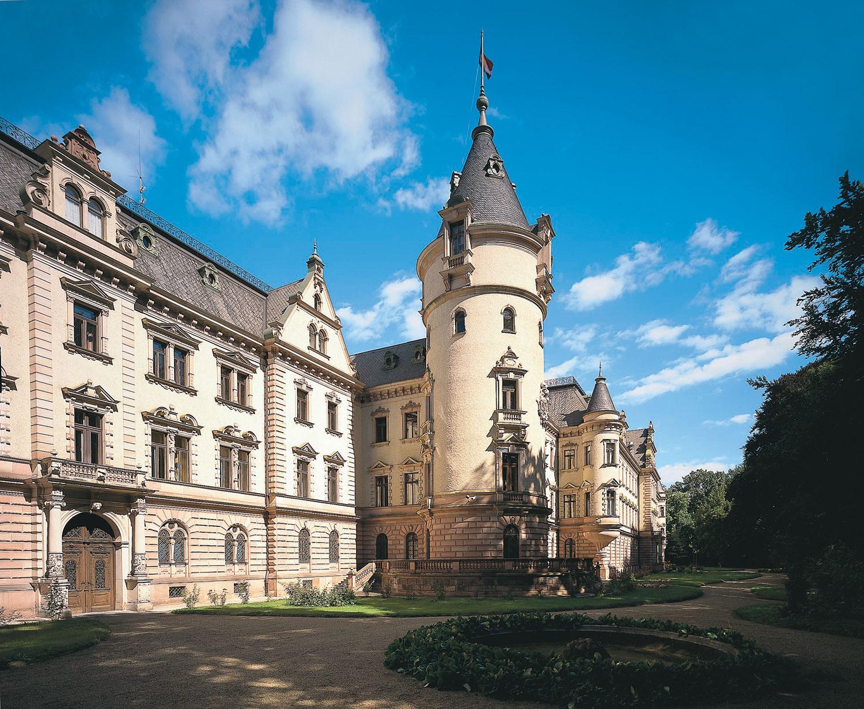 Mit über 500 Zimmern ist das Schloss Emmeram im Herzen der 2.000-jährigen Stadt Regensburg heute das größte bewohnte Schloss Europas.