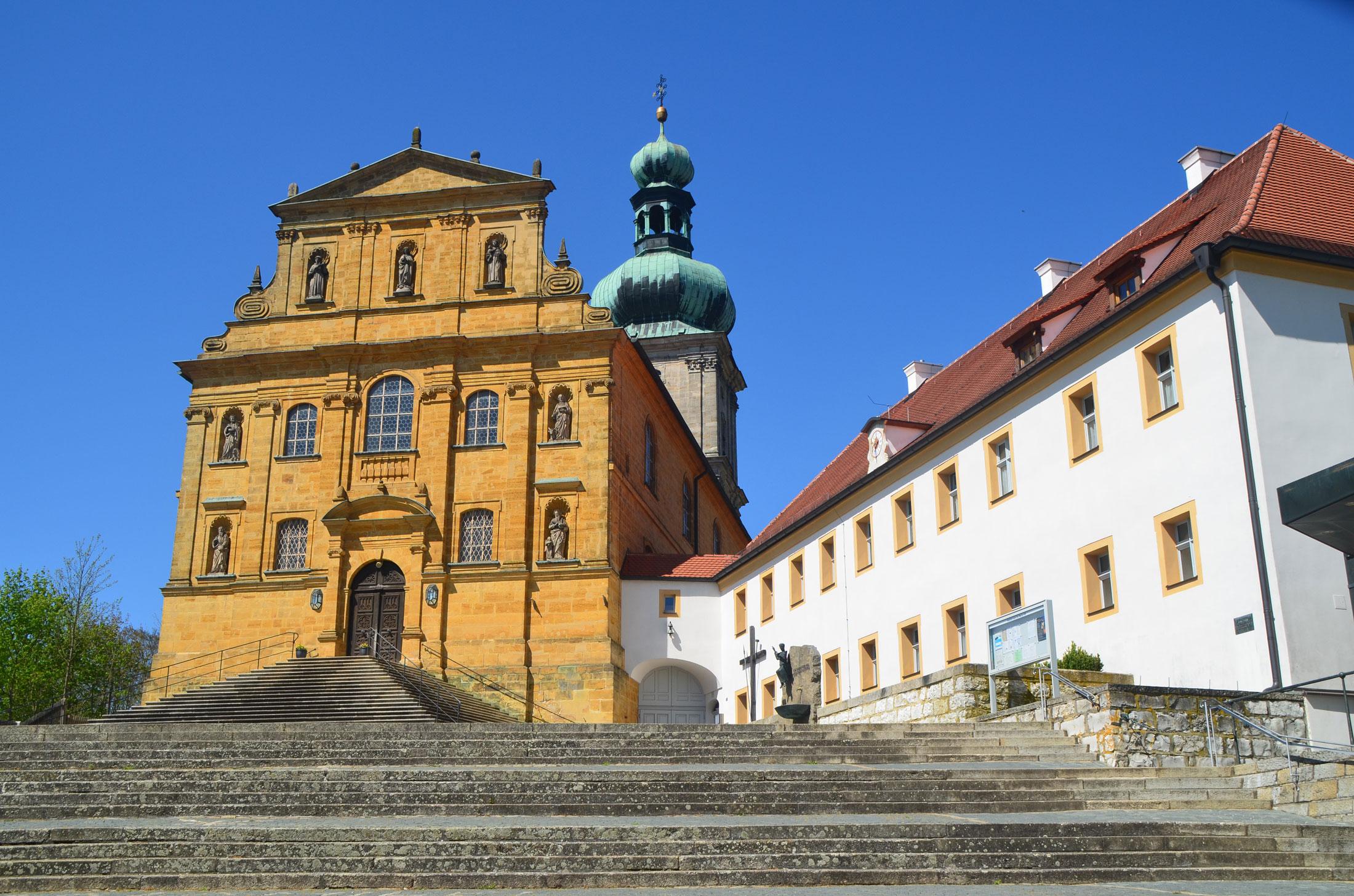 Die Franziskaner auf dem Mariahilfberg gehören zu Amberg wie die Stadtbrille und das Rathaus. Sie sind nicht nur eine geistliche Institution, sie wachen auch über die Tradition des beliebten Bergfestes!