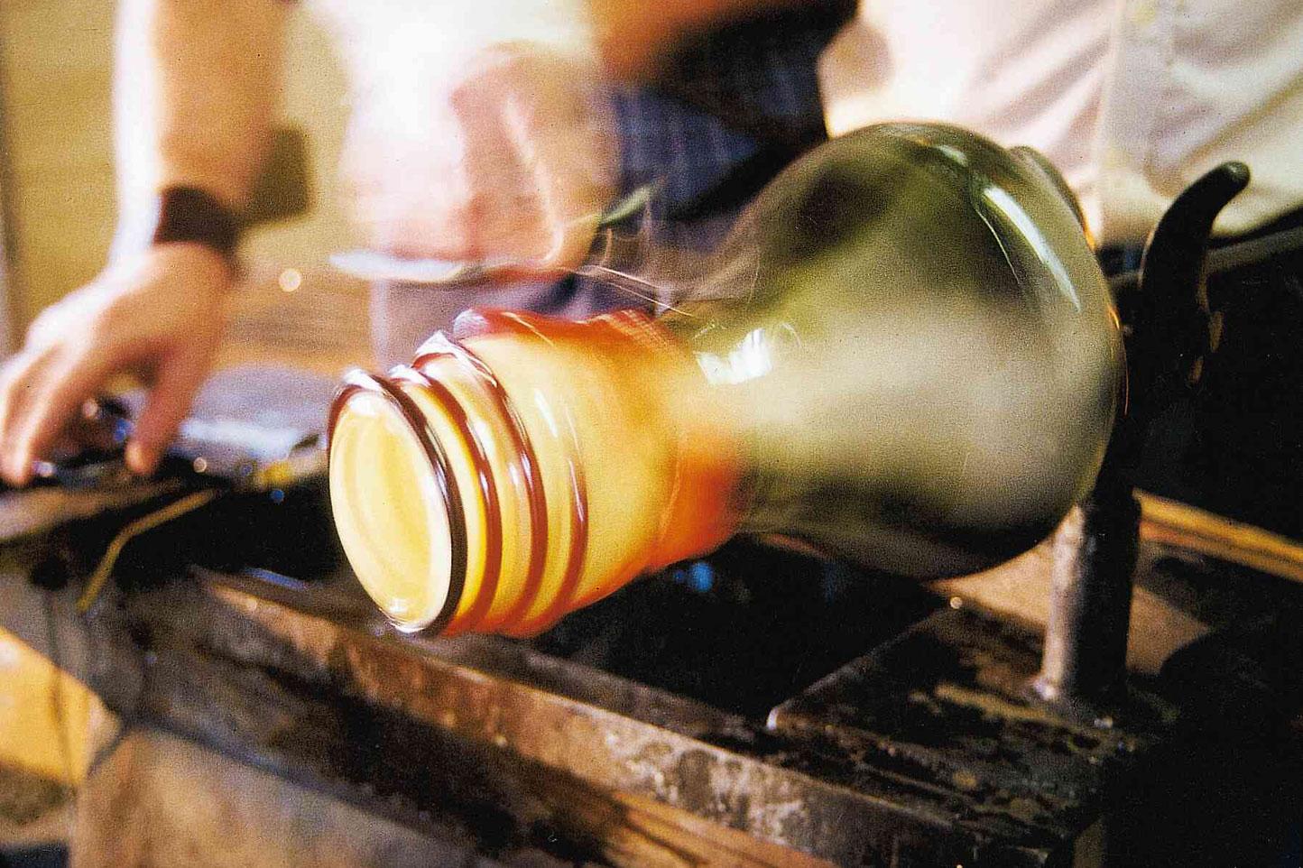 Glashandwerker beim Drehen von Glasobjekten