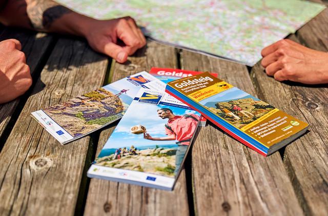 Broschüren und Karten