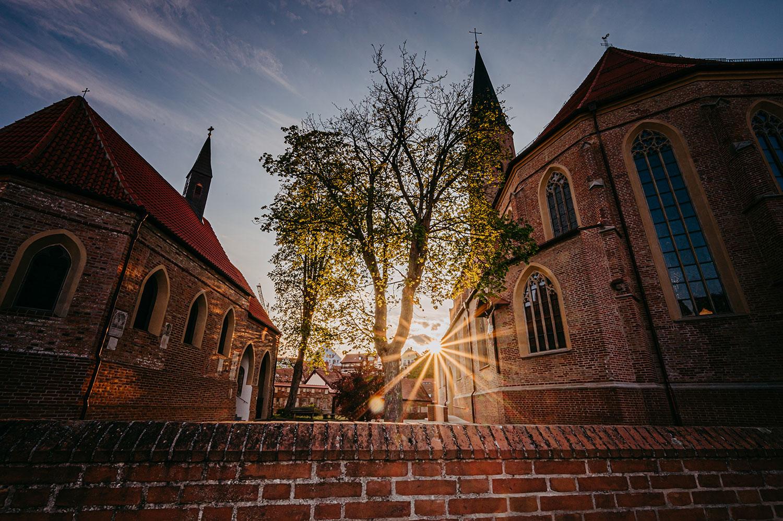 Die Stadtpfarrkirche St. Johannes ist ein unverputzter Backsteinbau.