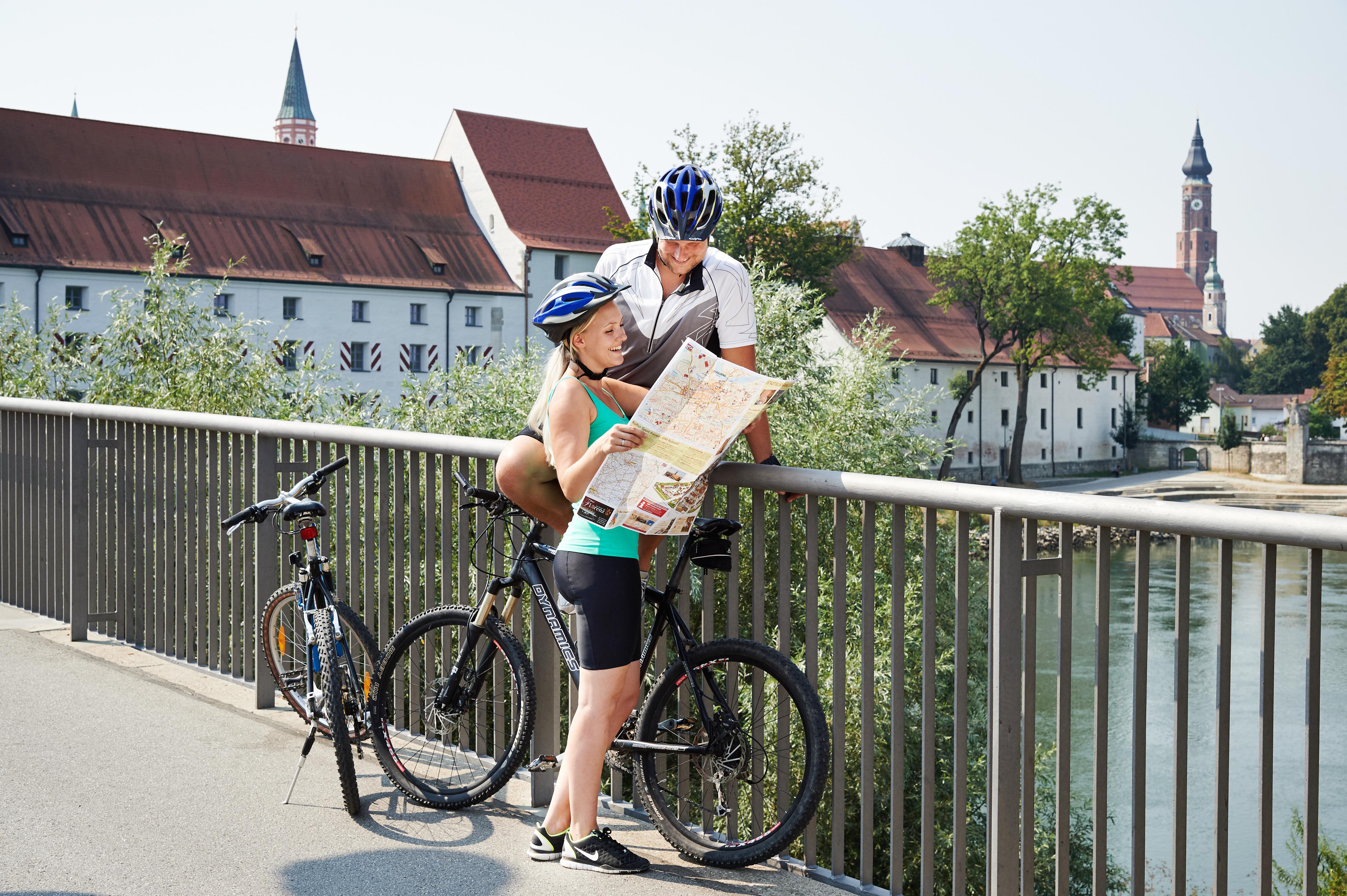 Blick von der Donaubrücke auf die Stadt Straubing
