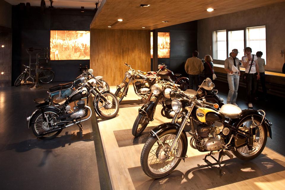 In der Express-Abteilung im Museum für historische Maybach-Fahrzeuge werden Zweiräder aus den 1950er Jahren ausgestellt.