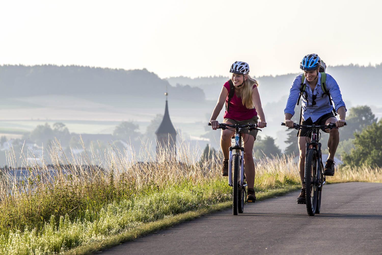 Radler unterwegs auf dem Simultankirchen-Radweg in der Nähe von Weiden